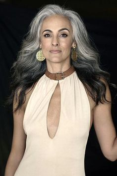 Grey is the new Black: 30 Frisuren für graue Haare Because of grandma! Long Gray Hair, Grey Wig, Silver Grey Hair, Dark Hair, Frosted Hair, Sophisticated Hairstyles, Beautiful Old Woman, Gorgeous Women, Ageless Beauty