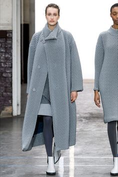 The complete Issey Miyake Fall 2019 Ready-to-Wear fashion show now on Vogue Runway. 70s Fashion, Fashion Week, Runway Fashion, Winter Fashion, Womens Fashion, Issey Miyake, Mode Unique, 70s Mode, Pullover Outfit