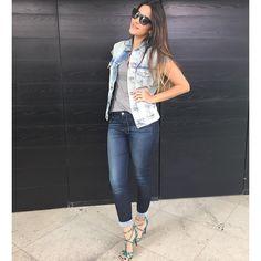 #lookdoarmario de hoje:  Calça jeans Seven; blusa Le Lis Blanc; Colete Levis by Ross; sandálias @donanega; brincos @espaconecklace  e óculos Kate Spade. #armariodavidareal #lookdodia #lookoftheday #ootd #jeans #sevenforall