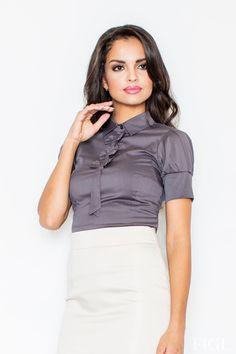 Vždy elegantná a šik. V tejto blúzke si to určite budeš môcť povedať. Aktuálny top trendy slim strih, možeš nosiť samostatne alebo pod sačko či dlhý kabát. Perfektne zladená v dokonalom outfite - tak budeš pôsobiť.:-) Zaujímavé detaily ako mašličky pod golierom, kravatka alebo široké manžety robia z tejto košele originálny kúsok. Širokémanžety na rukávoch sa zapínajú na dva maličké gombíky, riasenie je typickým detailom pre elegantné romantičky.  Dodacia doba cca 5-10 pracovných…