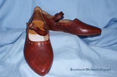 Medieval Shoes, XIV century: made by Graziano dal Barco. Scarpe medievali, XIV secolo, realizzate da Graziano dal Barco.