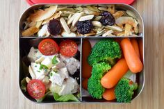 A Week of Paleo School Lunches! TUESDAY: Simple Chicken Salad, Blanched Carrots and Broccoli, Paleo Trail Mix, and Flavored Mayonnaise. Paleo Lunch Box, Lunch Snacks, Lunch Foods, Kid Snacks, Lunch Menu, Paleo On The Go, How To Eat Paleo, Paleo Trail Mix, Real Food Recipes