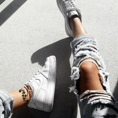 ripped jeans and Nike sneakers Mode Outfits, Casual Outfits, Fashion Outfits, Womens Fashion, Nike Fashion, Jeans Fashion, Fashion Sets, 90s Fashion, Fashion Styles