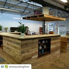 Our amazing new central counter Wooden Projects, Pallet Projects, Woodworking Projects, Pallet Ideas, Recycled Pallets, Wood Pallets, Pallet Furniture Designs, Second Hand Furniture, House Design