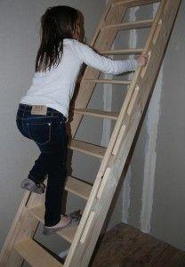 L'échelle de meunier reste idéale pour accéder à une chambre en mezzanine. Tiny House Stairs, Tiny House Loft, Bunk Beds With Stairs, Attic Stairs, Bunk Bed Ladder, Stair Ladder, Mezzanine Bedroom, Attic Bedrooms, Sleeping Loft