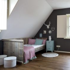 Zomerzoen ~ mint / roze / grijs. Mooi sfeertje zonder te vol of druk te zijn. Ook leuk dat steigerhout Relax, Girls Bedroom, Bedrooms, Kidsroom, Cool Rooms, House Rooms, Toddler Bed, Room Decor, Interior Design