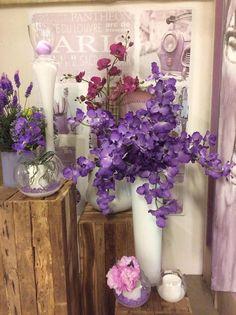 allestimento floreale sui toni del viola con vetro e ceramica bianca