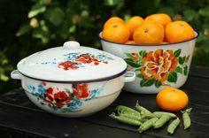 Vintage Enamelware, Kitchen Witch, Vintage Dishes, Summer Time, Retro Vintage, Nostalgia, Sweet Home, Tins, Childhood