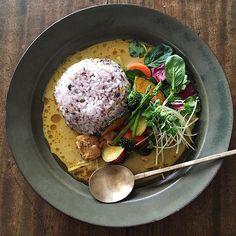 *2016.1.21 Today's lunch at home❤︎ Thai green curry . Spicy hot! This dish was really delicious✨ . #無印良品 のレトルトグリーンカレーでぱぱっとお昼ごはん(◍⁃͈ᴗ•͈)४♡* . お友達が美味しいよと薦めてくれたので初めて買ってみました。 . 仕事の日のお昼休みは家に戻ってお昼ごはんを食べているのでこういうレトルトはとても便利! . せっかくなら美味しく食べたいので、朝に蒸篭で蒸し野菜を用意しておきました . 辛いカレーには甘いカボチャとサツマイモも合わせてお野菜もたっぷりのせていただきました。 . このグリーンカレーめちゃ辛〜い でもうま〜い ヒーヒーいいながらビールと合わせて食べたい!と思いながら食べました(≧∇≦) . 職場に戻っても胃のあたりがポカポカ温かかったので寒い日にはぴったりかも .