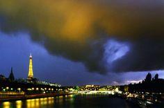 A chaque escapade parisienne, sortie scolaire, visite d'arrière-grands-tantes de province... La Tour Eiffel, vous n'y échappez pas. Pourquoi ne pas varier les plaisirs en se faufilant dans les coulisses de la grande dame de fer ?