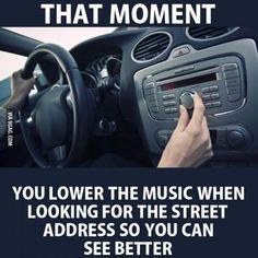 Ese momento en el que le bajas a la musica para leer mejor la dirección de las casas