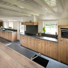 Landelijk moderne eiken keuken met zeer exclusieve houten laden en spoelbak in…
