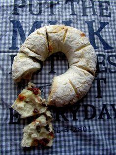 Kanelikaruselli: Tortano eli täytetty leipä