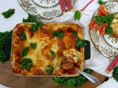 Mukavinta oli, että kasvislasagne syntyi kuin vahingossa. Täytteet ja raaka-aineet tulivat sen mukaan mitä jääkaapista löytyi, vähän kuin hävikkiruoka-lasagne. Kasvislasagnen maku taas kuin harkitusti mietitty. Herkullista sanon minä! Pizza, Cheese, Ethnic Recipes, Food, Lasagna, Essen, Meals, Yemek, Eten
