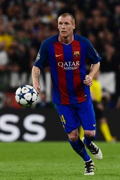 Barcelona's French defender Jeremy Mathieu controls the ball during the UEFA Champions League quarter final first leg football match Juventus vs Barcelona, on April 11, 2017 at the Juventus stadium in Turin.  / AFP PHOTO / MIGUEL MEDINA