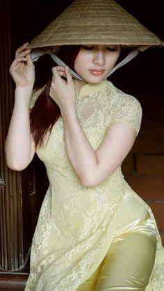 Foto Vietnamese Clothing, Vietnamese Dress, Ao Dai, Beautiful Long Dresses, Glamour, Beautiful Asian Women, Sexy Asian Girls, Traditional Dresses, Asian Fashion