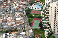 De um lado a favela de Paraisópolis e do outro lado, um belo condominio no Morumbi