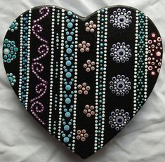 This is my magnetic dot painted paper mache heart. Painted with acrylic paint and finished/protected with a varnish spray. Size: cm This painted item is unique and as such only one is available Seashell Painting, Dot Art Painting, Mandala Painting, Painting Patterns, Mandala Art, Mandala Painted Rocks, Mandala Rocks, Christmas Mandala, Stone Crafts