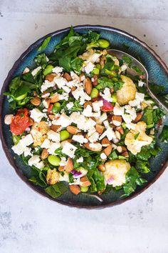 Spinatsalat med bagte tomater, blomkål og feta - Stinna Cobb Salad, Feta, Food And Drink, Recipes, Lchf, Avocado, Lemon, Kitchens, Red Peppers