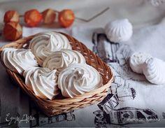 Французские меренги   Приготовьте на десерт нежные, тающие во рту французские меренги. Чтобы готовые безе получились гладкими и не потрескались, при взбивании двигайте миксер в одном направлении, так пузырьки воздуха равномерно распределяться по всей массе, и пирожные получатся более нежными. #десерт #меренги #французские #безе #крем #готовимдома #едимдома #кулинария #домашняяеда #какприготовить #сладости