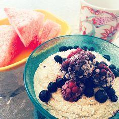 Raw quinoagröt 1 portion 1 dl quinoa 3 dl vatten 1/2 banan 1 tsk kanel 1/2 tsk kardemumma 1/2 tsk vaniljpulver flingsalt (valfritt) 30 g proteinpulver (valfritt) Blötlägg 1 dl quinoa i 3 dl vatten och ställ i kylskåp över natten. Skölj quinoan noggrant och mixa med banan och kryddorna till en slät gröt. Tillsätt eventuellt en skvätt vatten beroende på vilken konsistens du vill ha på gröten. Det går även utmärkt att blanda ner en skopa proteinpulver vilket gör den ännu mer matig.#AnjaForsnor