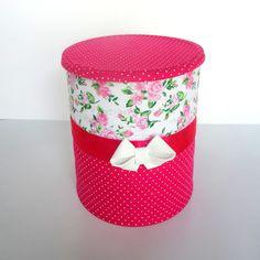 Lata decorada em tecido de algodão com EVA, detalhe com fita em cetim. <br>Pode ser utilizada como lembrancinha de aniversários, centro de mesa, porta objetos e muitas outras utilidades.