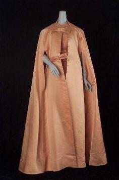 France - Woman's evening cape by Antonio Castillo for Lanvin - Silk satin 1960s Fashion Women, Womens Fashion, Vintage Vogue, Vintage Fashion, Cape Designs, Jeanne Lanvin, Vintage Couture, Costume Design, Classic Style