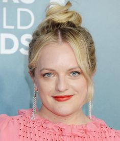 2020 sag awards elisabeth moss Wow—These SAG Awards Beauty Looks Are Simply Stunning Pink Eye Makeup, Hair Makeup, Glam Makeup, How To Hydrate Hair, Wavy Updo, Elizabeth Moss, Dear White People, Bombshell Beauty, Sag Awards