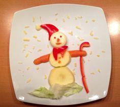 Sneeuwpop. Van appel, wortel, paprika, ijsbergsla, mini babybel en geraspte kaas #kerstdiner #kinderen #sneeuwpop