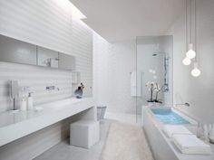 Lampadine sospese sopra la vasca - Lampade sopra la vasca per illuminare un bagno cieco.