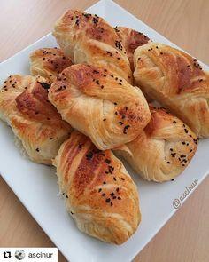 """1,739 Beğenme, 2 Yorum - Instagram'da Lezzet Kareleri (@lezzet.kareleri): """"#Repost @ascinur (@get_repost) ・・・ Hayırlı Sabahlar Değerli Arkadaşlar Leziz, pofuduk poğaçayla…"""" Spanakopita, Hot Dog Buns, Bread Recipes, Baked Potato, Brunch, Food And Drink, Pizza, Vegetables, Ethnic Recipes"""