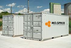 Neuer 20' Seecontainer mit einem kinderleichten Tür-Öffnungssystem inkl. Einbruchsicherung und gültige CSC-Plakette ab € 2.790,-- Hier die Spezifikationen: - Außenmaße: L/B/H 6.058 x 2.438 x 2.591 mm - Innenmaße: L/B/H 5,898 x 2,352 x 2,393 mm - Gewicht: Netto 2.185 kg (sehr robuste Ausführung) - Container nach ISO-Standard - Einsetzbar für Lagerung und Transport - Wind- und wasserdicht - Doppelflügeltüren mit von außen verriegelbaren Stangenschlössern - Massives Stahlgerüst - Mit… Lockers, Locker Storage, Garage Doors, Outdoor Decor, Furniture, Easy, Home Decor, Save My Money, Moving Boxes