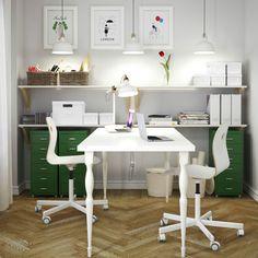 Ein Heimarbeitsplatz mit HISSMON Tisch für 2 Personen in Weiß, VÅGSBERG Drehstühlen in Weiß, HELMER Schubladenelementen auf Rollen in Rot und vielen EKBY HEMNES Wandregalen in Weiß