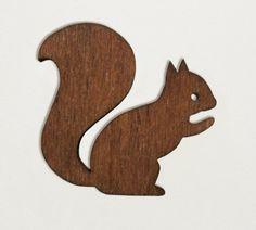 Eichhörnchen-Brosche aus Holz von enna // wooden squirrel brooch by enna via dawanda.com
