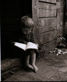 Garotinho lendo. Não é fofo?