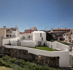 House in Alcobaça: Portuguese studio Aires Mateus has transformed a house in Portugal into a bright white building with a sprawling extension. Contemporary Architecture, Interior Architecture, Casa Patio, Small Buildings, Exterior, Menorca, Genius Loci, Construction, House Design