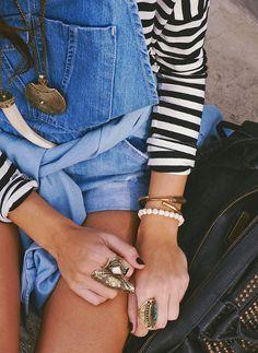 Ce printemps, on pense tenue casual et accumulation de bijoux