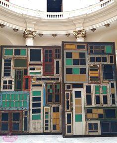 Projeto OIR - My City - CCBB  O projeto foi todo montado com portas e janelas descartadas de antigas casa que foram demolidas em São Paulo. É muito bom ver algo que seria descartado sendo transformado em arte, renova o olhar e faz a gente pensar e repensar a sustentabilidade.