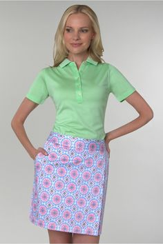 This #golf skort from #PeterMillar features 2 side pockets and 1 back pocket. It's perfect for stylish golf day out on the green! #pinksandgreens