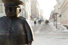 Oulu Toripolliisi patsas.  Marketplace Policeman -statue at city of Oulu, Finland