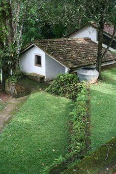 Geoffrey Bawa's Tropical Modernism I Sri Lanka Kerala Architecture, Tropical Architecture, Vernacular Architecture, Landscape Architecture, Architecture Design, Modern Tropical House, Tropical Houses, Tropical House Design, Village House Design
