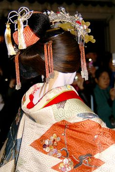 close up/ back of a tayuu hairstyle