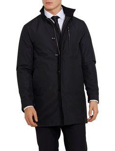 Denne tech-frakk til herre er laget av 100 % polyester, som er et slitesterkt materiale som krøller mindre. Den har en tilpasset passform for en velkledd og Svart