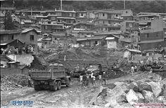 한남동 불법주택을 철거하는 공사장 인부들과 이를 위에서 내려다보는 철거민들 - open archives http://archives.kdemo.or.kr/View?pRegNo=00735350