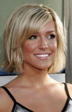 Straight short blonde hair with  long side bangs - Capelli corti lisci biondi con frangetta laterale.