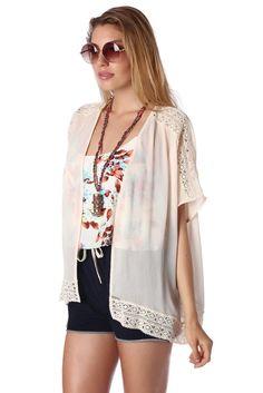 Häkelkim Kimono aus grob gewebtem Stoff mit Häkelsaum