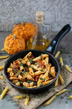 Pasta with chicken, dried tomatoes and spinach - Kluski, makaron, naleśniki i tym podobne :))) - Makaron Yummy Pasta Recipes, Healthy Dinner Recipes, Diet Recipes, Big Meals, Dried Tomatoes, Chicken Pasta, Pasta Dishes, Fall Recipes, Love Food
