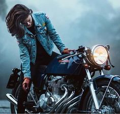 Cafe Racer Girl with her Honda CB Cafe Racer #motorcyclesgirls #chicasmoteras | caferacerpasion.com