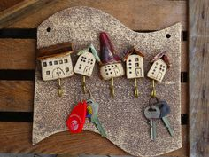 Nesting boxes & birdhouses - ceramic key board, a house for everyone . Nesting boxes & birdhouses – Ceramic key board, a house for everyone – a unique product by Doreens-Shop o Pottery Houses, Ceramic Houses, Ceramic Clay, Ceramic Pottery, Pottery Art, Clay Art Projects, Clay Crafts, Pottery Sculpture, Nesting Boxes