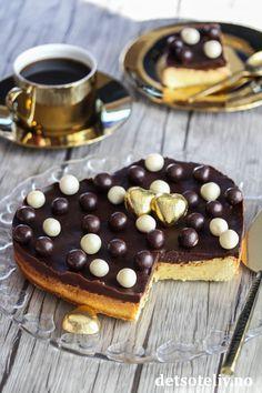 Hvit kladdkake med sjokoladeglasur   Det søte liv Cupcake Cakes, Cupcakes, Chocolate Icing, Sweet Life, Valentines Day, Cheesecake, Desserts, Food, Chocolate Frosting
